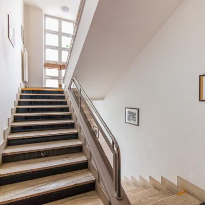 Hlavné schodisko v zadnej časti budovy prepájajúce prvé / druhé / tretie nadzemné podlažie a pivničné priestory.