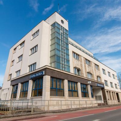 Predná strana budovy od hlavnej cesty BA-ZA s hlavným vchodom na prízemie budovy.